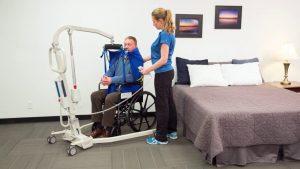 Location de lève-personne utilisé par une personne en fauteuil et son accompagnatrice dans un hôtel