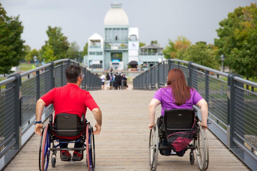 Deux personnes en fauteuil allant vers le marché bonsecours