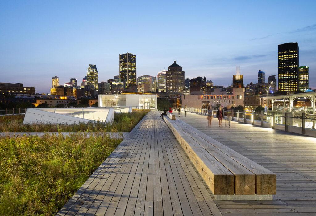 Grand quai, vue sur la ville en soirée
