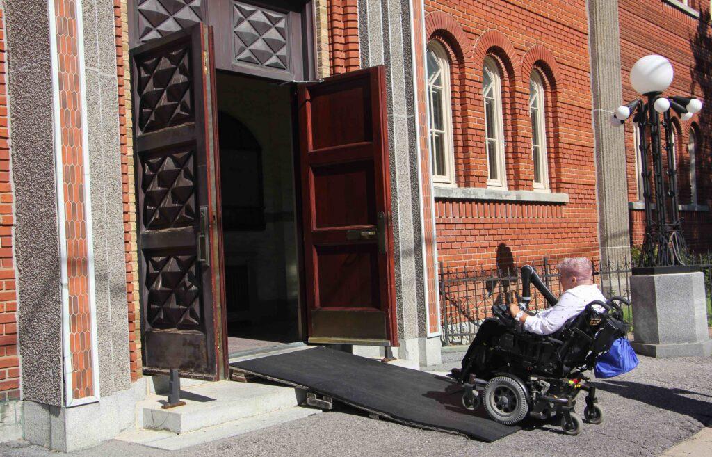 Entrée accessible de l'église Notre-Dame-de-la-Défense