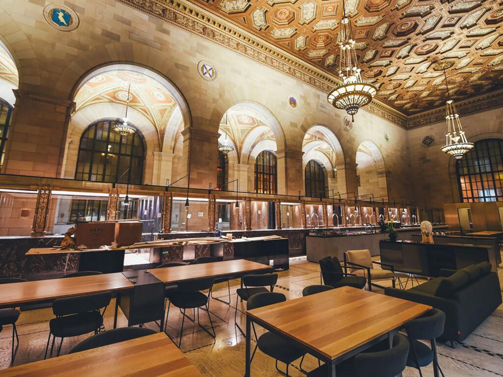 Intérieur du café avec plafond décoré