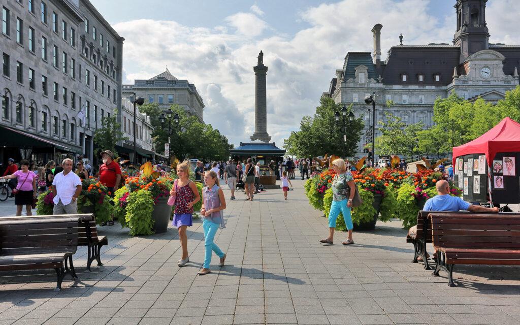 Place Jacques-Cartier, grande rue donnant sur une statue
