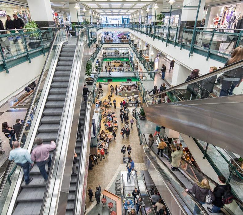 Centre commercial vue de haut, escaliers roulants
